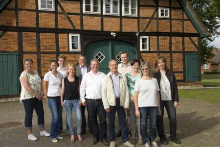 Gruppenbild vor dem Küsterhaus (4239)